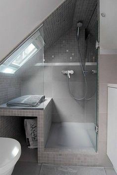 The layout of a small bathroom requires great ideas. Looking for small bathroom inspiration for you tiny house?Discover below examples to help you build a cozy small bathroom. The bathroom … Small Attic Bathroom, Glass Door, Bathroom Makeover, Bathroom Interior, Shower Cabin, Bathroom Shower, Loft Bathroom, Bathroom Decor