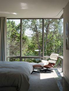 A principal função de um quarto é ser um pequeno retiro para descansar e recarregar as energias. Por isso, ele precisa ser aconchegante e muito confortável