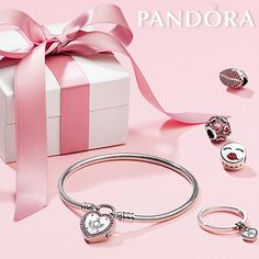 The new sterling silver padlock bracelet from PANDORA Valentine's collection is the perfect way to lock your promise with your special someone this Valentine's Day. Pandora Bracelet Charms, Pandora Jewelry, Pandora Shop, Pandora Collection, Jewelry Collection, Charm Armband, Bf Gifts, Jewelry Photography, Sterling Silver Bracelets