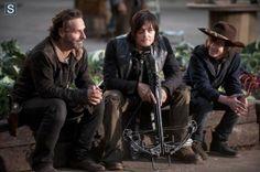 Andrew Lincoln (Rick Grimes), Norman Reedus (Daryl Dixon) e Chandler Riggs (Carl Grimes) nas gravações da 4ª Temporada de The Walking Dead.