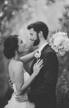 صورة لرجل يحتضن إمرأة وفي يد المرأة بوكية ورد وينظران لبعض نظرة حب صورة حب روعه