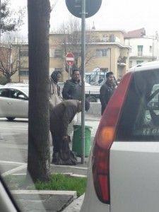 In una foto tre immigrati deridono un anziano che rovista tra i cassonetti. Ma è veramente così? A volte le apparenze e il populismo ingannano. Leggete cosa è successo. #lalinearossa