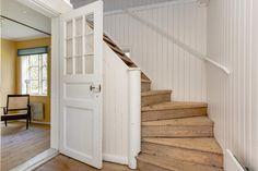 Hall och trapp till övervåning