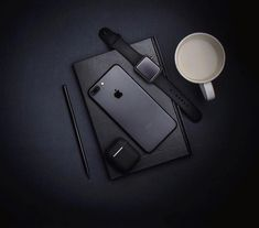 Black on black. Airpods Macbook, Mode Instagram, Catty Noir, All Black Fashion, All Iphones, Coffee Photography, Life Photography, Android, Electronic Gifts