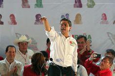 """28/abril/2012 Día 30 - Peña Nieto ofreció crear el seguro de desempleo temporal e hizo un llamado a los mil 500 alcaldes del PRI a entregar """"buenas cuentas"""" al pueblo, porque así prestigian al partido y suman adhesiones a su proyecto y declaró que de quedar ganador, buscará una reforma constitucional que despoje a Pemex de """"camisas de fuerza ideológicas"""" y abra las puertas al capital privado. Por último, propuso reformular la estrategia en materia de seguridad."""