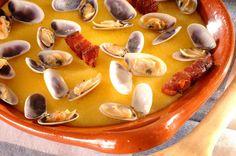 Prato tradicional de Olhão umas papas de milho com sabor a amêijoa com umas carnes fritas. Prato com toques Alentejanos com o milho e as carnes fritas com amêijoas.