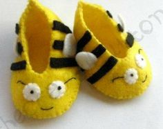 inspiration Bumble Bee Baby Booties by TheCraftyButtonUK on Etsy. via Etsy. Bumble Bee Baby Booties by TheCraftyButtonUK on Etsy. via Etsy. Felt Booties, Felt Baby Shoes, Baby Booties, Doll Shoe Patterns, Bee Party, Crochet Amigurumi, Bee Theme, Bees Knees, Felt Crafts