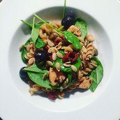 Kuchnia raz! : Szybka sałatka z pełnoziarnistym makaronem i kurczakiem w sosie balsamico