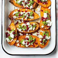 Pieczone bataty z fetą, pesto i granatem. Pyszne wegetariańskie danie, które sprawdzi się na lunch lub kolację na ciepło.