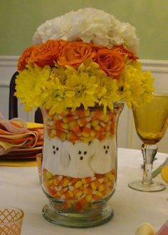 Halloween centerpiece using Halloween candy and flowers. DYI Halloween Craft Candy Corn & Marshmallow Ghosts combined with fall colored flowers in a vase Fröhliches Halloween, Adornos Halloween, Holidays Halloween, Halloween Flowers, Candy Corn Halloween Costume, Halloween Playlist, Pretty Halloween, Halloween Recipe, Women Halloween