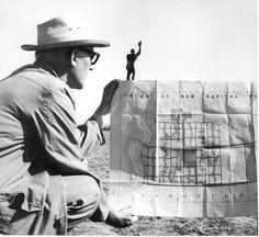Le Corbusier à Chandigarh avec le plan directeur de la nouvelle capitale et la maquette du Modulor Photo : Pierre Jeanneret
