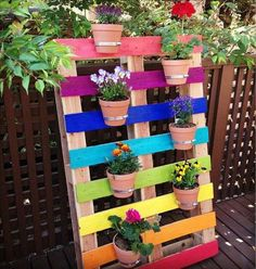 Create a bright & colorful DIY upcycled rainbow pallet planter project with these simple instructions. A great family weekend project that kids will love. Pallet Crafts, Diy Pallet Projects, Pallet Ideas, Upcycling Projects, Diy Crafts, Decor Crafts, Wood Projects, Craft Projects, Home Decor