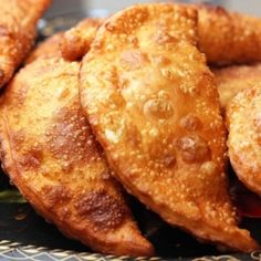 Очень редкий рецепт вкуснейших чебуреков Состав: мука - 600 г (примерно 4 стакана); теплая вода – 300 г (чуть больше стакана); сахар – 1 ч. л. соль - 1 ч.л. (без горки); растительного масло – 4 ст.л. или 80 г любого кулинарного жира.  Подробнее: http://ladyspecial.ru/kulinariya/kulinarnye-recepty/vyipechka/kak-prigotovit-chebureki-doma
