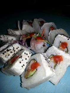 Un riko sushi nevado de camaron empanizado con philadelphia y aguacate