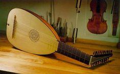 Alaúde - O instrumento foi criado certamente tendo em mente os instrumentos trazidos pelos árabes à Península Ibérica