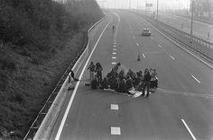 Autoloze zondag in verband met de olieboycot Picknicken op een autosnelweg 4 november 1973