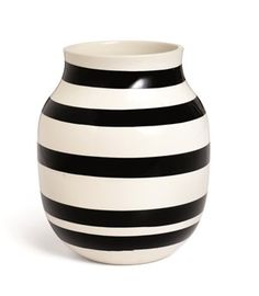 Kähler's popular and unmistakable black stripes adorn the classic Omaggio vase. The timeless vase from the Omaggio series is perfect for a splendid array of coloured flowers. Hot Pink Furniture, Decorative Accessories, Home Accessories, Black And White Vase, Design Vase, Design Bestseller, Paint Stripes, Ceramic Vase, Danish Design
