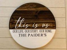 she shed interior craft Wooden Door Signs, Diy Wood Signs, Circle Crafts, Wood Wreath, Wood Circles, Wood Rounds, Front Door Decor, Diy Wall Art, Wood Design
