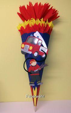 Hier habe ich ein farbenfrohes Schultüten / Zuckertüten - *BASTELSET mit vorgezeichneten Motiven* für Jungs:  *- die Feuerwehr -*  Der Feuerwehrmann ist mit seinem Feuerwehrauto im Einsatz....