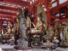 立体曼荼羅(密厳浄土の世界)。 堂内の白亜の壇上には21体の仏像が安置されていて、配置は下のようになってる。 五智如来(黄色)、五菩薩(水色)、五大明王(緑色)、四天王、梵天、帝釈天
