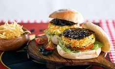 Hambúrguer de legumes, uma opção para vegetarianos, com cenoura, alho-francês, courgette, azeitonas, ovo e batatas fritas