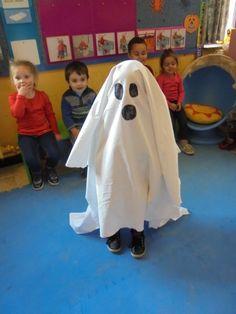 Laken over een kleuter. Raden wie het spook is Theme Halloween, Halloween Activities, Halloween Ghosts, Halloween 2017, Halloween Diy, Morning Activities, Monsters, Carnival, Hand Spinning