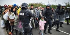 【New】難民の少女は、警官と手をつなぎながら国境を渡った。自由を求めて(画像) huff.to/1H0EHBE