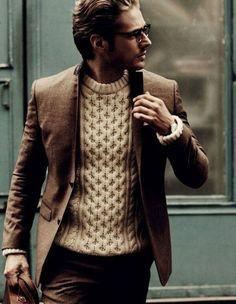 Mooie bruine #heren #outfit. Het nette #bruine #pak staat mooi in combinatie met de speelse #gebreide #trui in beige. #suit #knitted #brown #men