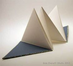 Triangular accordion book .. lovely photo explanations including paper grain.                                                                                                                                                     Más