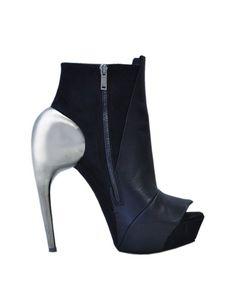 Gareth Pugh: Los Caballeros del Zodíaco a tu lado, con estos zapatos, no son nadie...
