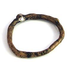 WOOD-ring met groene diamant aan de buitenzijde, en een champagne diamant aan de binnenkant van de ring. Liesbeth Busman