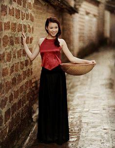Trương Tùng Lan áo yếm gợi cảm bên giếng cổ