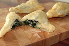 Blätterteig - Dreiecke mit Spinat und Feta, ein sehr schönes Rezept aus der Kategorie Warm. Bewertungen: 179. Durchschnitt: Ø 4,3.