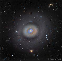 Galaxia espiral M94 tiene un anillo de estrellas recién formadas que rodean su núcleo. Puede verse con un telescopio pequeño hacia la constelación de los Perros de Caza ( Canes Venatici )