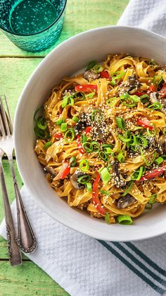 Chili-Nudel-Pfanne mit Zitronengras Kokosmilch, Champignons, Paprika und Ingwer - The most healthy and beautiful recipes Indian Food Recipes, Asian Recipes, Vegetarian Recipes, Ethnic Recipes, Lemongrass Recipes, Chile, Cooking Box, Hello Fresh Recipes, Vegan Chili