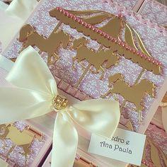 Convite delicado composto por caixa e cookie lindooo para o Carrossel da Ana Valentina. #delicadeza #carrossel #convite