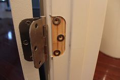 washers behind hinge. Absolutely genius to fix the door jam gaps. Home Improvement Projects, Home Projects, Home Fix, Diy Home Repair, Home Repairs, Home Remodeling, Washers, Household Tips, Anchors