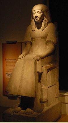 Maya, sa robe de lin très fin laisse transparaître les plis de sa peau.