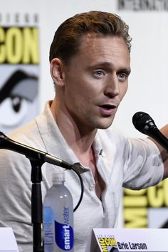Tom Hiddleston attends the presentation of Kong: Skull Island during Comic-Con International 2016 at San Diego Convention Center on July 23, 2016 in San Diego, California. Full size image: http://ww4.sinaimg.cn/large/6e14d388gw1f64nqcodt9j22bc1ncqv6.jpg Source: Torrilla, Weibo