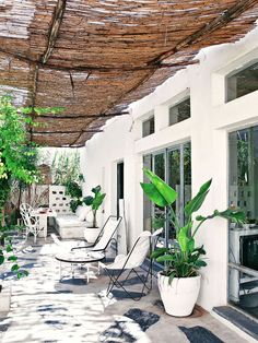 47+ Mesmerizing Backyard Landscaping Ideas- Terraces and Gardens That Will Transform Your Home Terrace Decor, Terrace Design, Simple House, Natural Materials, Nature, Plants, Home Decor, Naturaleza, Decoration Home