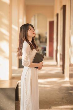 Fashion Models, Girl Fashion, Chinese Bride, V Dress, Japan Woman, Asian Cute, Student Fashion, Beautiful Asian Women, Ao Dai