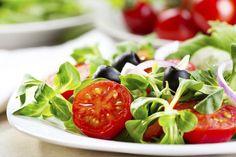 Ventajas y desventajas de las dietas veganas. Las dietas veganas ofrecen un buffet de alimento para el pensamiento. Elecciones de salud y estilo de vida tienen un gran peso en la discusión de los pros y los contras. Los estudios citan numerosos beneficios para la salud asociados con las dietas ...