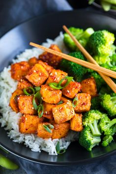 This Sweet and Spicy Sriracha Tofu is fiery, flavorful, and totally vegan too! S… This Sweet and Spicy Sriracha Tofu is fiery, flavorful, and totally vegan too! Skip the takeout and it a meal with rice and veggies! Crispy Tofu, Baked Tofu, Oven Baked, Baked Chicken, Edamame, Sin Gluten, Gluten Free, Grandma's Potato Salad Recipe, Rice Recipes