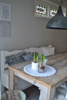 Houten tafel en witte klepbank