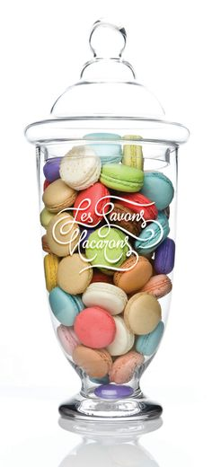 if i could have one chic centerpiece that would epitomize my kitchen...it would be a glass vase full of macaroons.