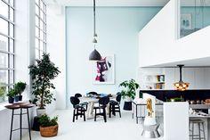 IN BLUE - AD España, © D.R. Marc Peridis, diseñador, comisario y galerista de 19 Greek Street, ha sido el elegido para decorar este loft de la que fuera su escuela: la Central St. Martins de Londres en pleno Soho.