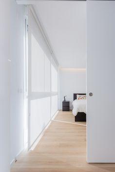 Dormitorio moderno en blanco con estores y puerta corredera en vivienda estilo nórdico - Chiralt Arquitectos Valencia