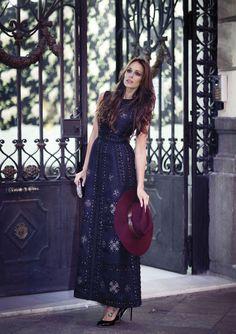 Eva González blue floral dress burgundy hat vestido azul d flores y gorro fall