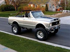 Tricked out Chevy Blazer. I am drooling.