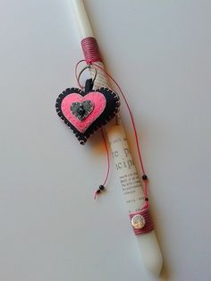 Πασχαλινή χειροποίητη λαμπάδα με μπρελόκ φτιαγμένο από τσόχα.